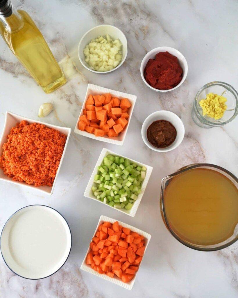 Ingrédients présentés du cari de lentilles et patates douces