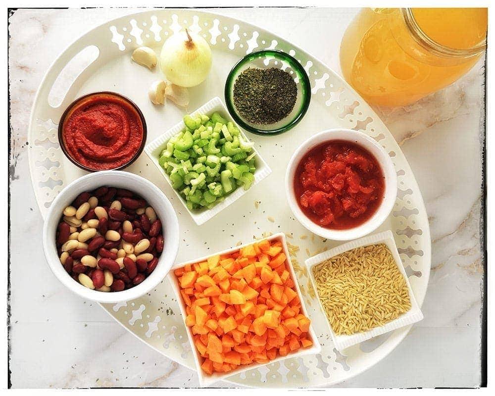 Ingrédients présentés pour soupe minestrone