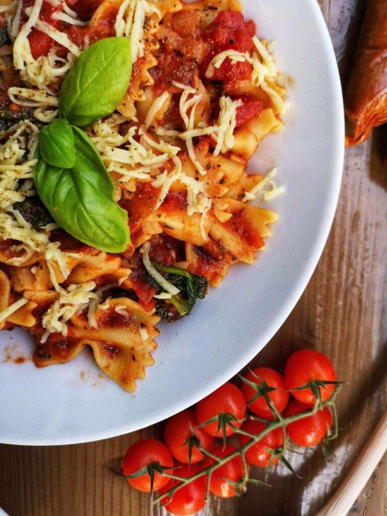 farfalles sauce tomate, épinards et saucisses végé