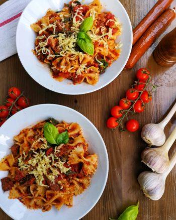 farfalles sauce tomate, épinards, et saucisses végé