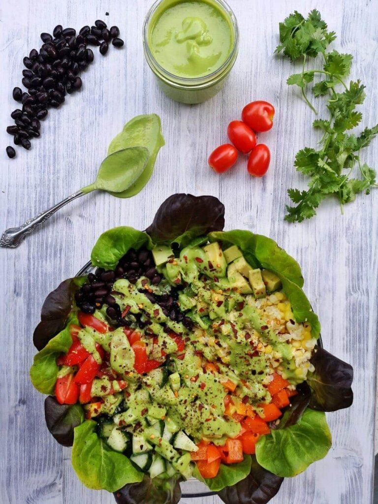 salade colorée et sauce verte