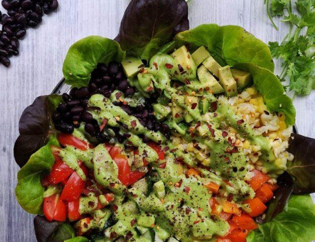Salade mexicaine et sauce crémeuse à l'avocat