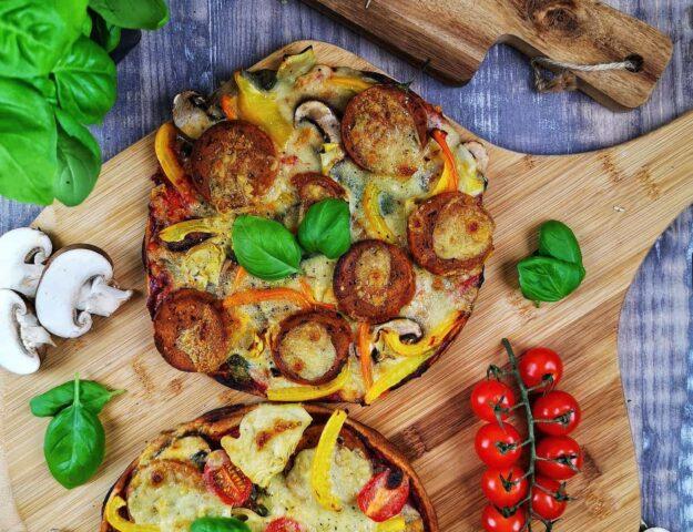 Pizza aux légumes et pepperoni végan
