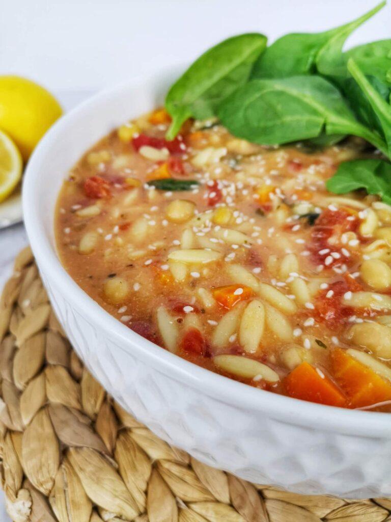 soupe pois chiches, tahini et citron gros plan