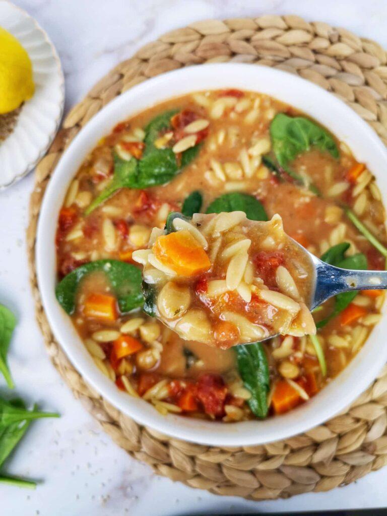 soupe pois chiches tahini et citron avec cuillère