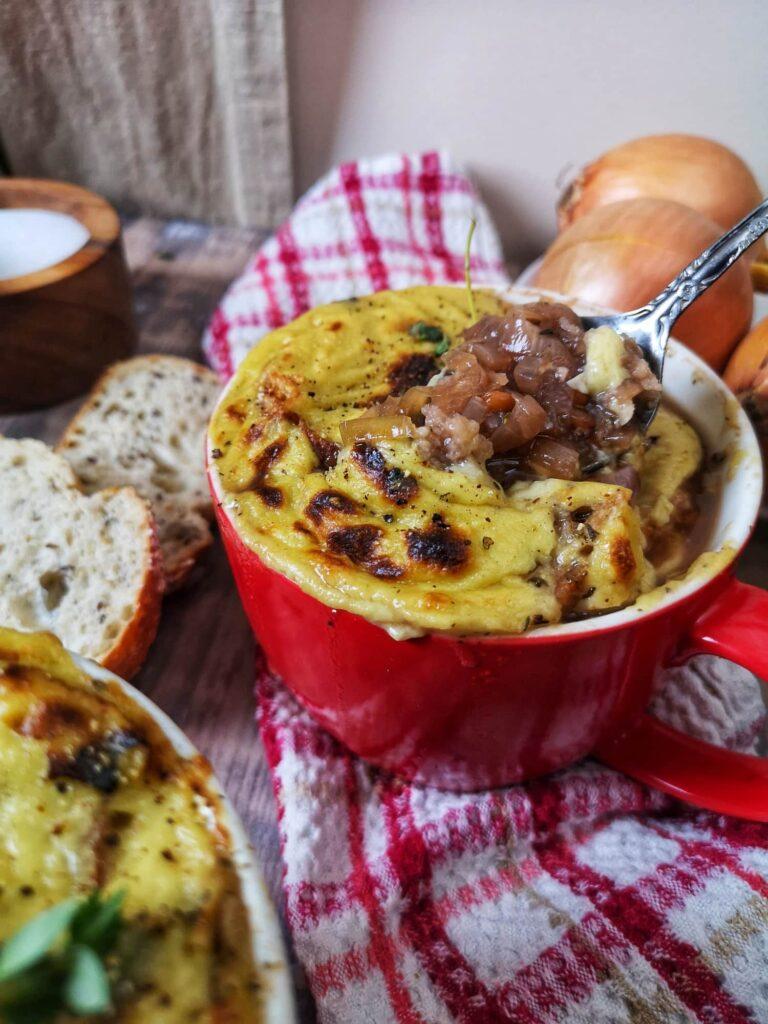 Soupe à l'oignon gratiné végane